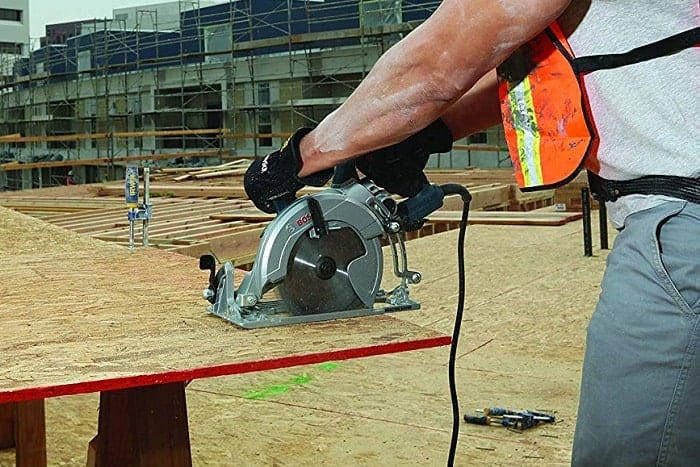 cutting with worm drive saw